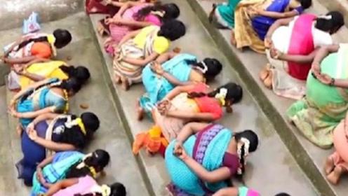 为何印度女子想要怀孕,就要集体躺着任由陌生人踩踏,简直太欺负人!