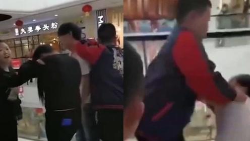 妻子偶遇丈夫与一女人逛街,丈夫欲动手时被儿子一把推倒