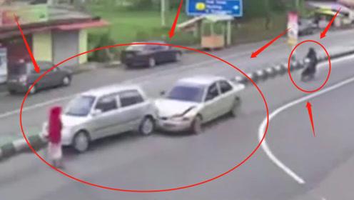 无知女子过路不看路况,致使三车追尾后直接离开!交警看完都怒了:查!