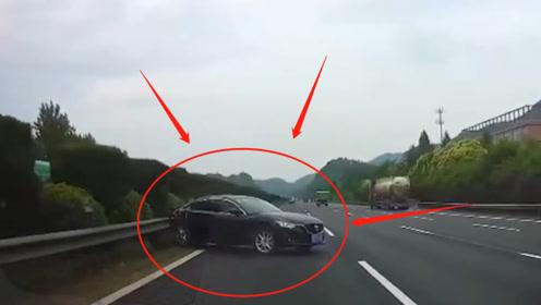 轿车高速强行超车变道,撞上防护栏失控,五菱神车都避让,监控记录惊魂9秒