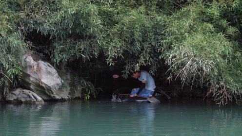 小伙沿着河道竹林放钓鱼暗钩,第二天连中几条大货,太惊喜了