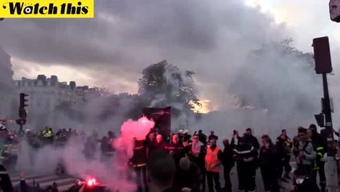 警察大战消防员?法国消防员示威引发冲突多人被捕