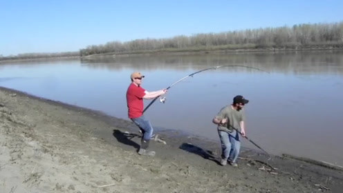 野外钓凶猛的大鱼,不敢靠近,只能用铁钩伺候