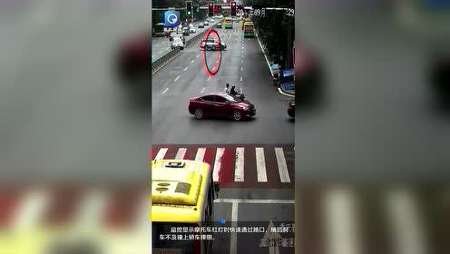 摩托车闯红灯快速通过路口 避让不及撞上左转轿车