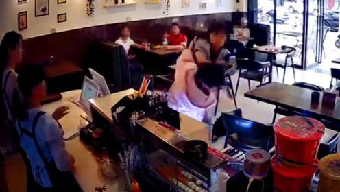 监控:疑似结账插队女子遭猛力推倒后打砸踹