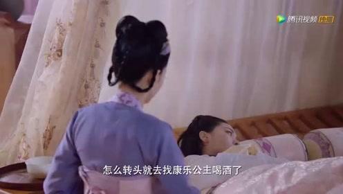 李谦赶紧过来关心李明月醒了没有,要摸李明月的额头却转了过去
