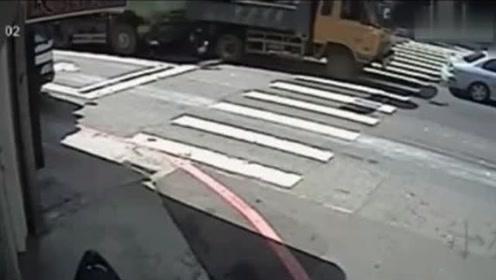 女子骑电动车紧随大卡车,突然发现不对劲,但没机会了