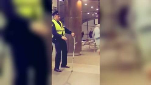 拐杖掉落警察帮忙捡起 不料大爷突然来个后空翻