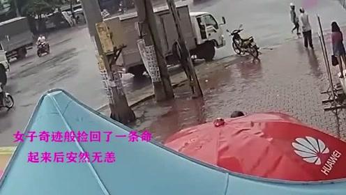 """女子身处大货车""""死亡盲区"""",瞬间被卷入车底,奇迹捡回一条命!"""