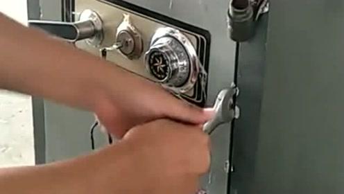 """老板的""""保险箱""""锁坏了,没办法,只能强行给他拆了!有点可惜了"""