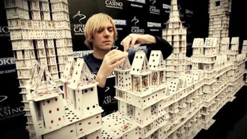 牛人用21万张扑克牌造房子,却被质疑用胶水,不料下一秒愤怒推倒