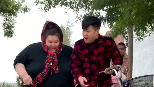 3百多斤的美女宁愿坐自行车上哭也不在奔驰上笑,一上自行车就把轮胎压扁了