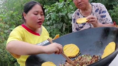 围着大铁锅吃饭才够味,胖妹铁锅炖鸡奶奶吃嗨了:这肉咬的动!