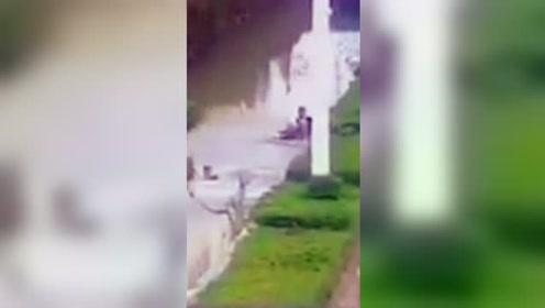 2名男子飞跑横穿公路 不料跃过绿化带掉进臭水沟