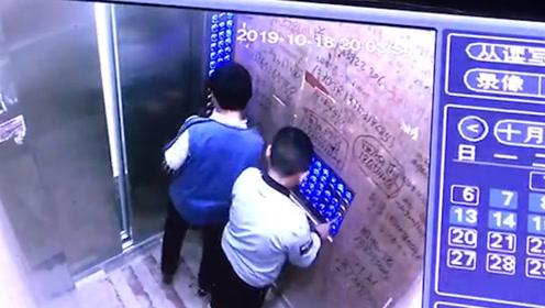遵义一小区两个熊孩子疯狂按电梯 ,按完一个不过瘾还去按另一个
