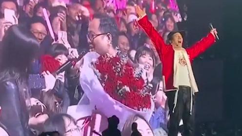 粉丝组团演唱会求婚!王力宏发展副业成证婚人,大喊:嫁给他