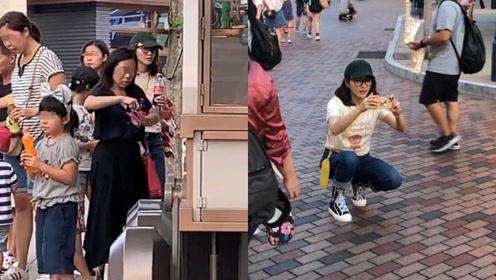 48岁黎姿带三个女儿游玩,排队买雪糕担任摄影师化身贤妻良母