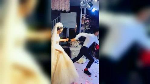 婚礼上新郎突然甩开新娘手 飞奔逃离现场
