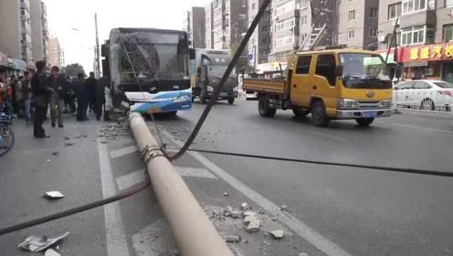 为躲三轮车?公交车失控撞断路边电线杆,多名乘客受伤