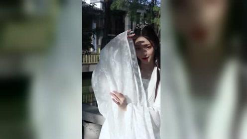 超美的白衣小姐姐湖边舞一曲《白素贞》,似仙女下凡,真的美!