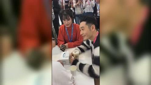 黄晓明看自己鬼畜视频,跟唱《听我的》引现场观众爆笑