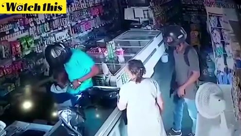 持枪劫匪闯入商店 为抚慰惊慌的老奶奶亲了她一口