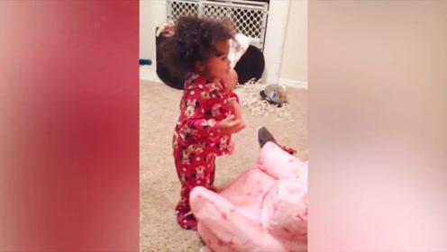 小女孩听爸爸的训斥,直接站直了,这简直太可爱了吧!