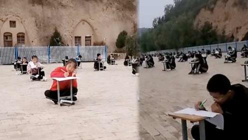 山区中学110名学生操场考试,趴椅子上答题,校长:防止作弊