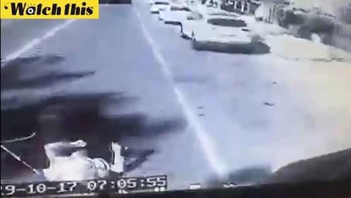 惊魂一刻!父亲冲上马路为救儿子不幸自己被大巴撞死身亡