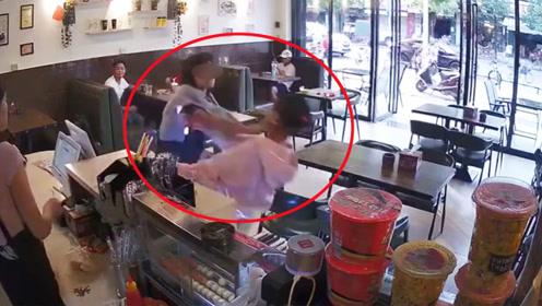暴躁女子店内殴打插队女孩 警方:系擦碰引纠纷打人者被拘15日