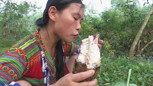 野河刚钓获一条几斤重的大草鱼,美女立即生火烤鱼,这一次吃得太爽了!
