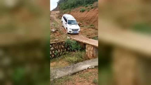 这么窄的桥都敢走,接下来,这司机厉害了!