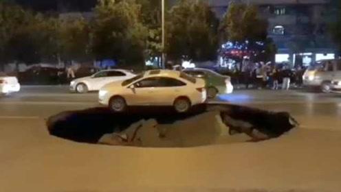 逃过一劫!马路突塌陷现10米宽深坑,小车两轮悬空险坠落