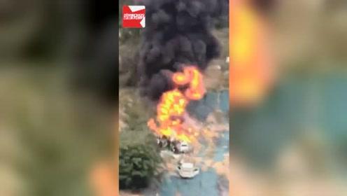 郑州一废弃车停放地发生火灾,黑烟高达几十米,爆炸声不断
