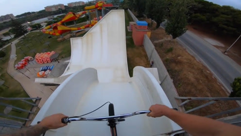第一视角记录全过程:老外骑行山地自行车,挑战水上乐园隧道滑梯