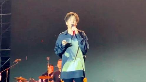 薛之谦遇舞台故障紧急救场,喊话两万粉丝集体上厕所