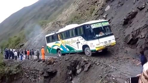 """尼泊尔""""死亡""""公路,看着腿都发软,敢上路的都是真正的老司机!"""
