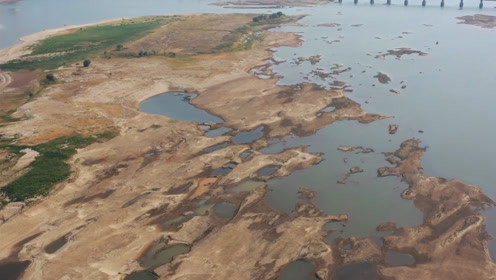 航拍!赣江南昌段河床干涸龟裂大面积裸露 市民在河床上嬉戏游玩