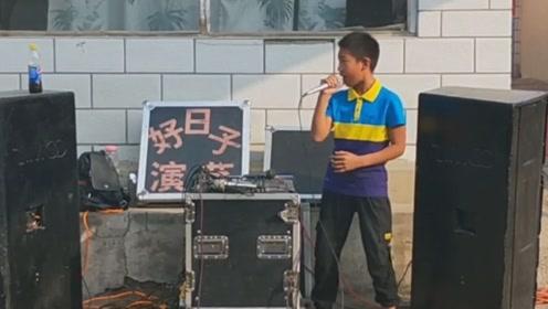 河北14岁初中生唱歌走红,扎实唱功和投入的表情,引路人围观