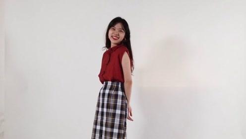 小姐姐红色无袖衬衫搭配黑白格子裙,浓浓的美式复古风,超有气质