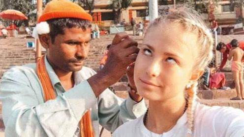 """印度街头职业""""掏耳人""""技术有多牛?一勺下去让美女游客怀疑人生"""