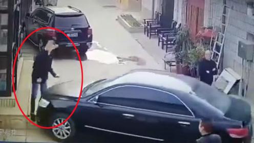 什么仇什么怨?男子驾车冲撞另一男子后下车又对其连砍数刀
