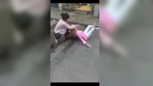 三个女子街头打架!打得太狠了没人敢救!