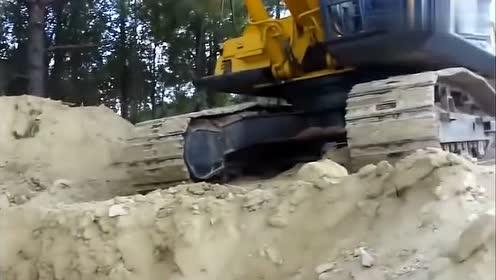 男子开挖掘机挖土,挖到一块蓝色大石头,吓的司机一身冷汗!