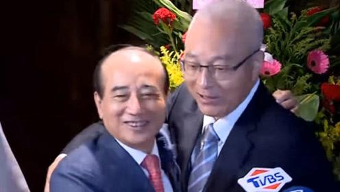 现场!吴敦义拥抱王金平破除不和传言:你说抱几次就抱几次