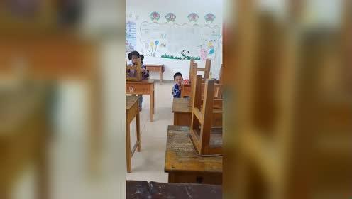 """在学校这样""""摆桌子"""",像极了小时候傻傻的自己!"""