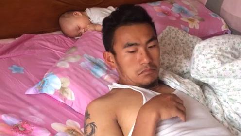 爸爸睡的太沉,醒来后发现宝宝不见了,下一幕却让妈妈哭笑不得