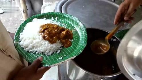 体验印度式快餐,白米饭配着咖喱酱,直接抓着吃