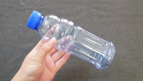 塑料瓶不要扔,戳几个孔放在阳台里,全家人都抢着用,真的太棒了