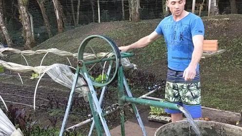 """农民大叔发明""""手摇""""抽水泵,一天能浇灌3亩地,80元造一台"""
